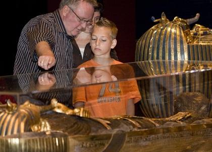 مصر تبحث إقامة معرض لآثار الملك -توت عنخ آمون- في السويد
