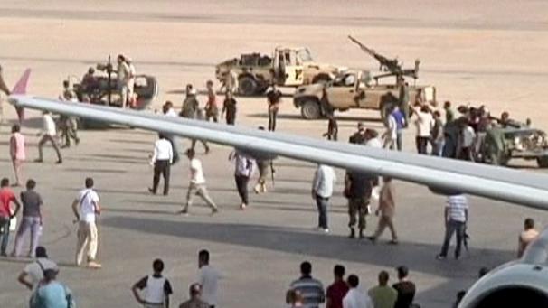 مصر للطيران تلغي رحلاتها لمطار طرابلس لليوم الثاني والخطوط الجوية تستخدم قاعدة حربية لنزول وإقلاع رحلاتها