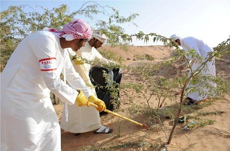 الإماراتيون ينظفون الصحراء