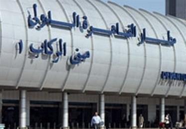 فى ذكرى انتصارات أكتوبر.. إهداء -درع- لمدير المخابرات الحربية بالمطار