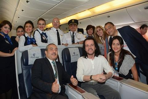الموسيقار - ياني - يختار السفر على مصر للطيران لتقديم أولى حفلاته بسفح الأهرمات