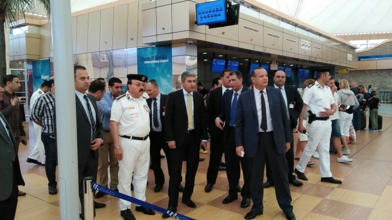 وزير الطيران يتفقد الإجراءات الأمنية بمطار شرم الشيخ