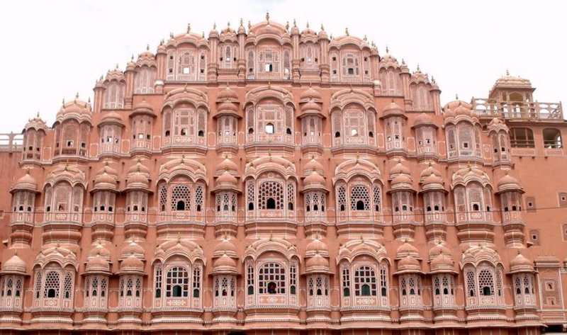 شاهد بالصور.. تشابه قصري -المقر- السعودي و-الرياح- الهندي وتناغم الفن والهندسة المعمارية