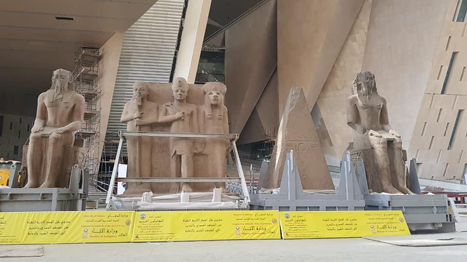 وصول قطع اثرية ضخمة الي المتحف المصري الكبير ، تمهيدا لعرضها بالدرج العظيم