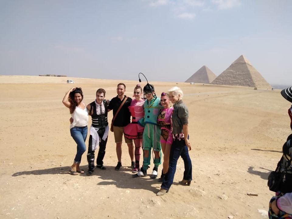 فريق «دو سولاي» العالمي يزور الأهرامات