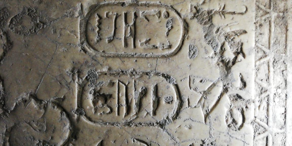 العثور على 5 كتل أثرية تخص مقصورة أوزيريس بسوهاج