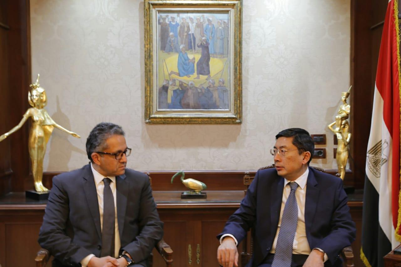 العناني يبحث مع سفير سنغافورة تنشيط السياحة الوافدة