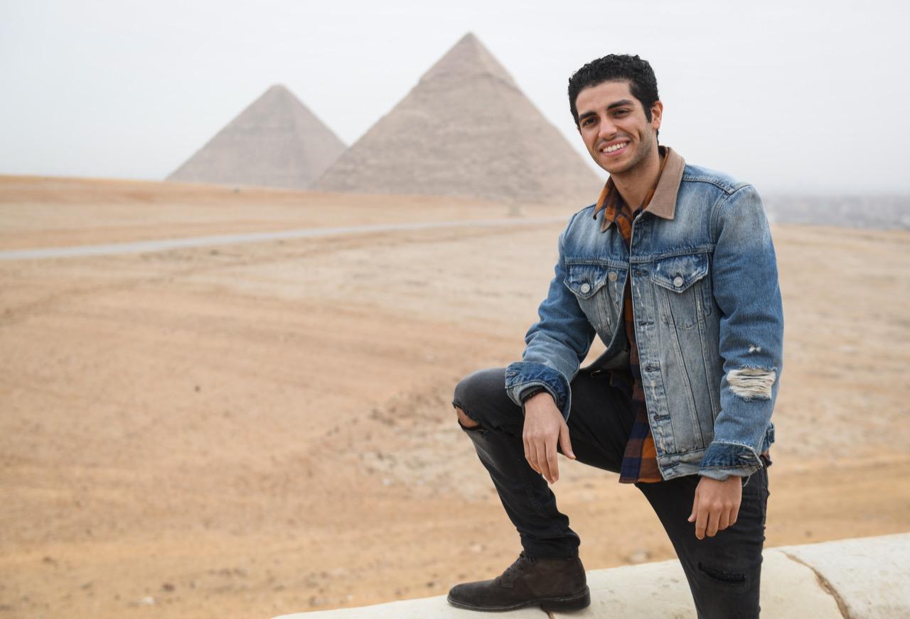 سفير مبادرة -اتكلم عربي- يزور الأهرامات وأبو الهول