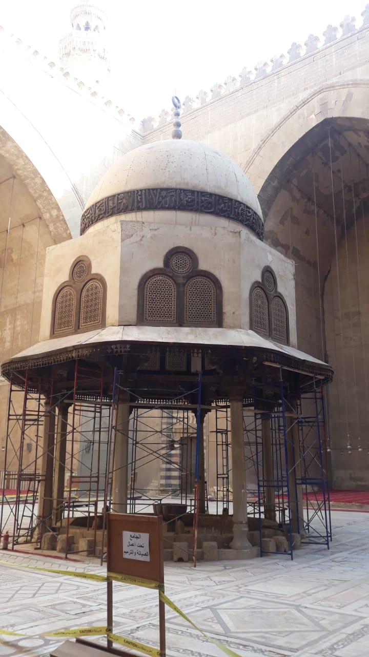 فك السقالات من على قبة الفوارة بجامع السلطان حسن