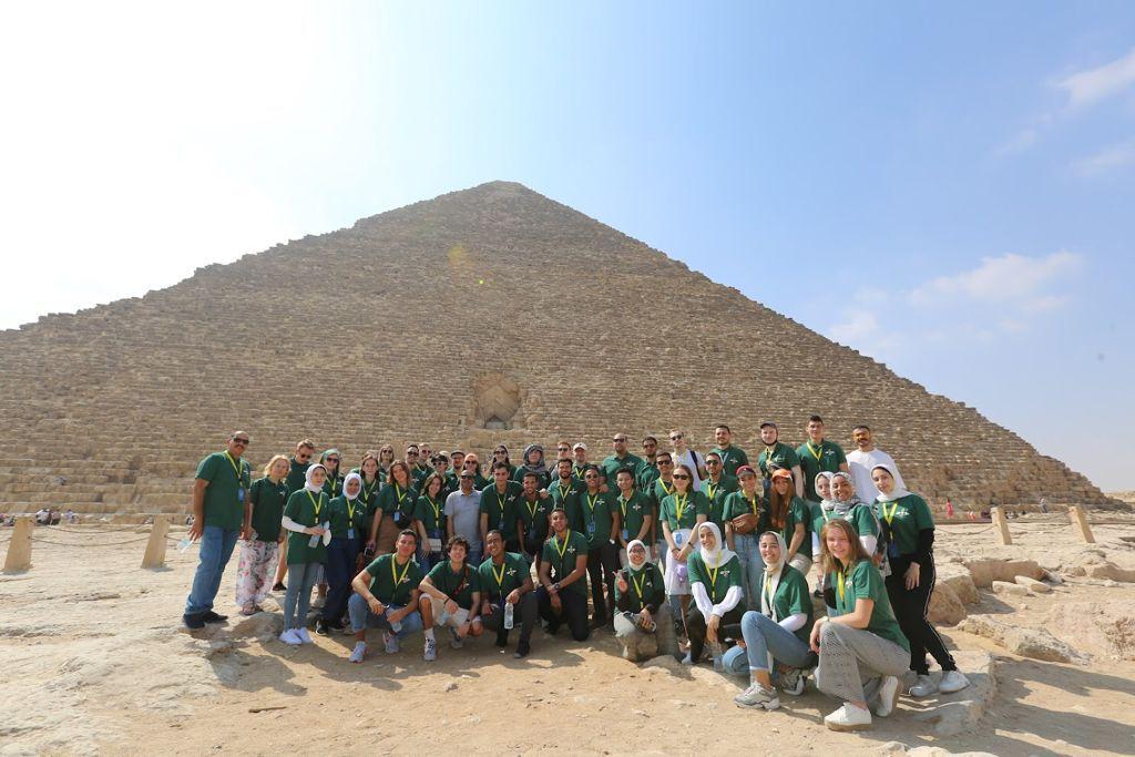 وفد من شباب منتدى الشباب المصري الروسي يزور الأهرامات